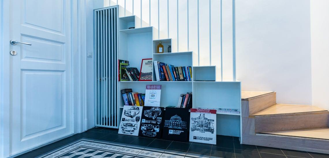 könyvespolc lépcső alatt