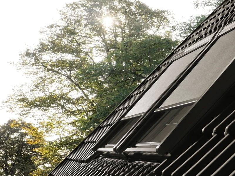Tetőtér sötétítése külső fényvédővel.