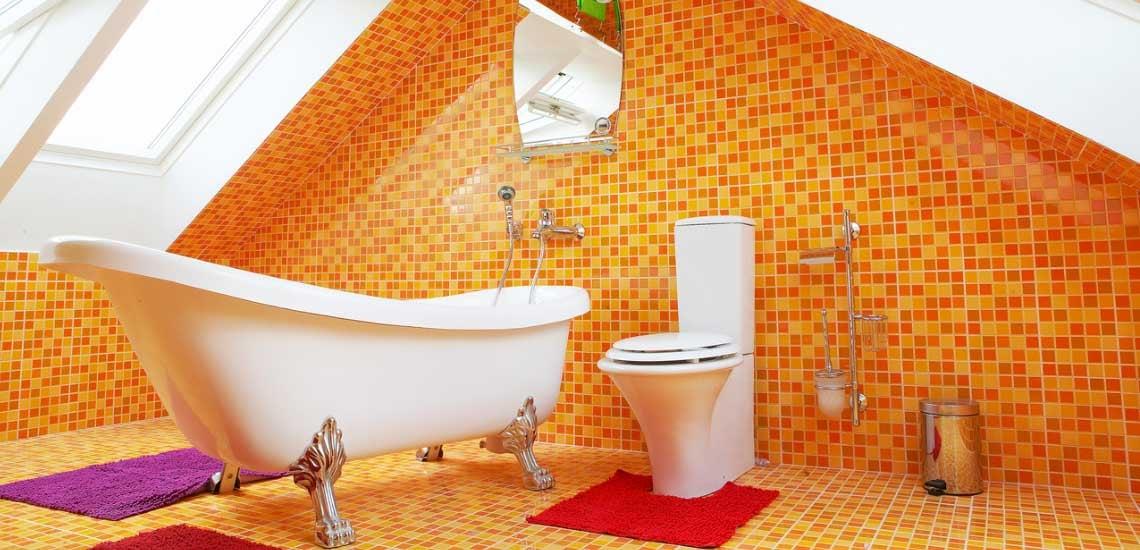 Narancs mozaikcsempe a tetőtéri fűrdőszobában
